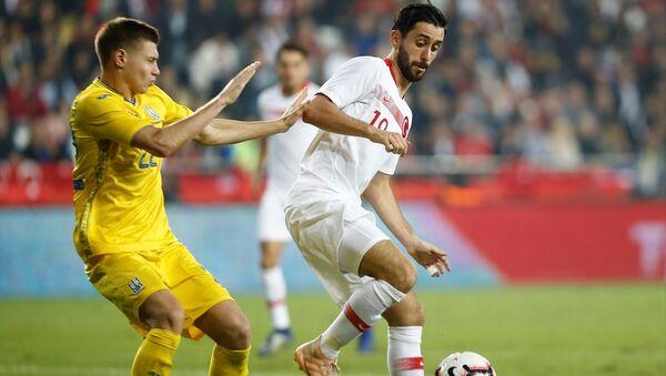 A Milli Futbol Takımı, hazırlık maçında Antalya Stadı'nda Ukrayna ile karşılaştı. Bir pozisyonda milli futbolcu Yunus Mallı (sağda) rakibi Mykola Matviyenko (solda) ile mücadele etti. - Sputnik Türkiye