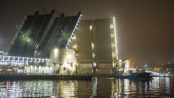 Atatürk (Unkapanı), Galata ve Haliç Metro köprüleri bu gece bir süreliğine yaya ve araç trafiğine kapatılarak deniz ulaşımına açıldı. - Sputnik Türkiye