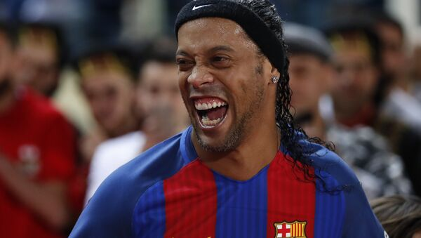 Former FC Barcelona player Ronaldinho, laughs as he enters the stadium during a friendly soccer match between the FC Barcelona and Real Madrid Legends, at the Camille Chamoun Sports City in Beirut, Lebanon, Friday, - Sputnik Türkiye