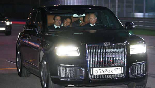Rusya Devlet Başkanı Vladimir Putin ve Mısır Cumhurbaşkanı Abdül Fettah El Sisi, 'Soçi Autodrom' yolunda Aurus otomobiliyle devletbaşkanlığı kortejinde. - Sputnik Türkiye