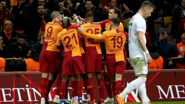 Spor Toto Süper Lig'de 13. haftanın ilk maçında Galatasaray ile Atiker Konyaspor, Türk Telekom Stadı'nda karşı karşıya geldi. Bir pozisyonda maçın hakemi Hüseyin Göçek, VAR sistemine başvurdu. - Sputnik Türkiye