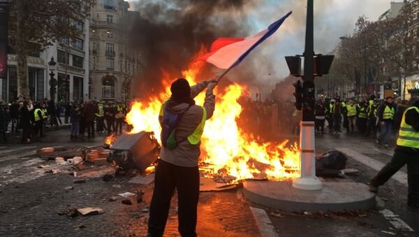 Yellow vests mass protests against the rise in fuel prices in the French capital of Paris - Sputnik Türkiye