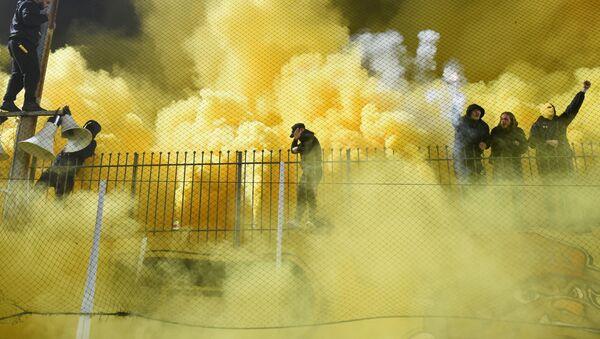 Задымление пирофакелами на трибунах во время футбольного матча команд Aris Thessaloniki и Boca Juniors на стадионе в греческих Салониках - Sputnik Türkiye