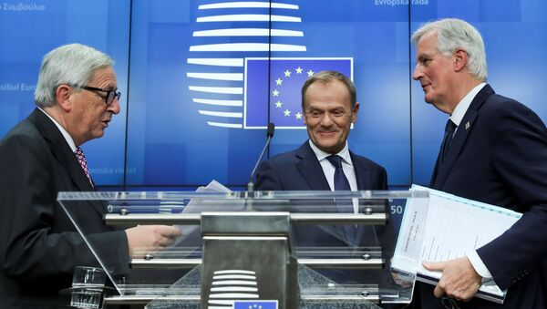 AB Konseyi Başkanı Donald Tusk, AB Komisyonu Başkanı Jean-Claude Juncker ve AB Komisyonu Brexit Başmüzakerecisi Michel Barnier - Sputnik Türkiye