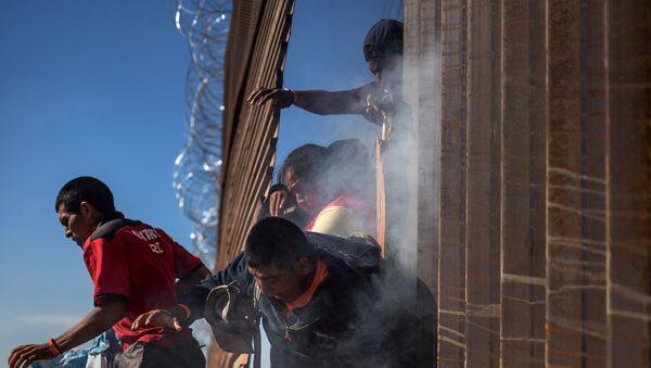 Meksika'dan ABD'ye geçmeye çalışan göçmenler - Sputnik Türkiye