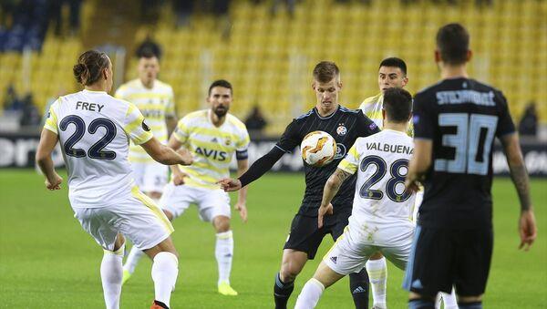 Fenerbahçe, UEFA Avrupa Ligi D Grubu 5. hafta maçında Hırvatistan'ın Dinamo Zagreb takımı ile Ülker Stadyumu'nda karşılaştı. Fenerbahçeli oyuncu Martin Skrtel (37), bir pozisyonda Dinamo Zagreb oyuncusu Rrahmani Amir (13) ile mücadele etti. - Sputnik Türkiye