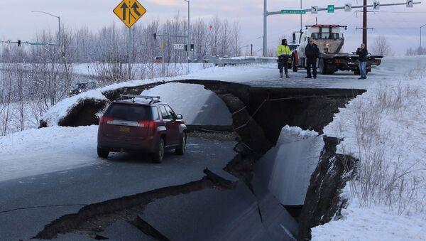Alaska'da deprem nedeniyle yollar yarıldı - Sputnik Türkiye