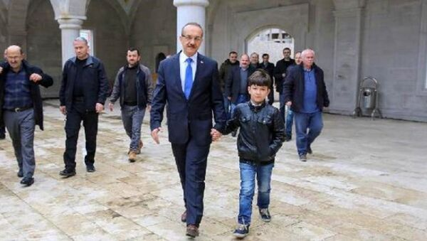 Vali, 'Beni cuma namazına götür' diyen ilkokul öğrencisini okuldan alıp camiye götürdü - Sputnik Türkiye