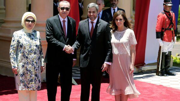 Emine Erdoğan, Tayyip Erdoğan, Paraguay Devlet Başkanı Mario Abdo Benitez, eşi Silvana Abdo Asuncion'daki başkanlık sarayında - Sputnik Türkiye