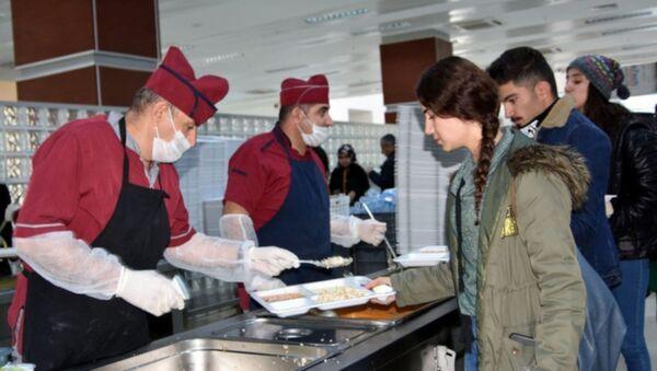 Üniversite yemekhanesinde zehirlenmeler sonrası karar: Her gün bir öğretim görevlisi öğrencilerle yemek yiyecek - Sputnik Türkiye