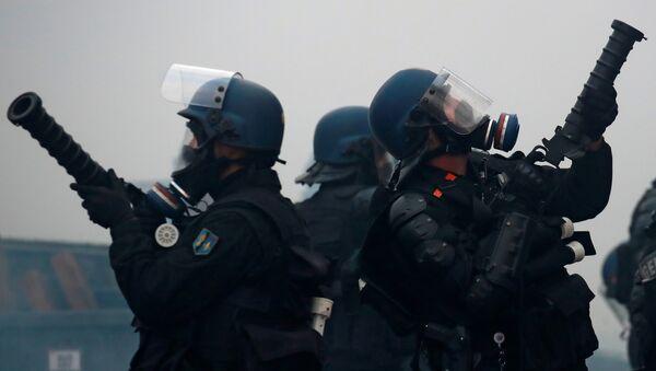 Fransa'nın başkenti Paris'in Champs-Elysees bölgesinde Sarı Yelekler protestolarına müdahale eden polisler - Sputnik Türkiye