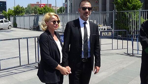 Oyuncu Hakan Yılmaz ve eşi Elif Yılmaz, Etiler'de bir otelin lobisinden darp edilmeleriyle ilgili davada sanıklardan şikayetçi olduklarını söyledi. - Sputnik Türkiye