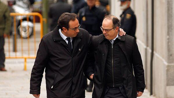 Josep Rull (solda) ile Jordi Turull, İspanya Anayasa Mahkemesi önünde - Sputnik Türkiye