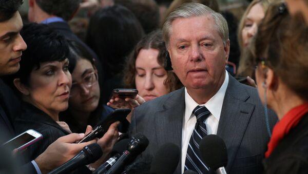 Senatör Graham, Haspel'in sınırlı sayıda senatörle bir araya geldiği kapalı oturumun ardından basın mensuplarına açıklamalarda bulundu. - Sputnik Türkiye