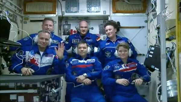 ABD'li astronot Anne McClain, Kanadalı David Saint-Jacques ve Rus kozmonot Oleg Konenenko'dan oluşan astronot ekibini taşıyan Rus yapımı Suyoz mekiği Uluslararası Uzay İstasyonu'na (ISS) ulaştı. - Sputnik Türkiye