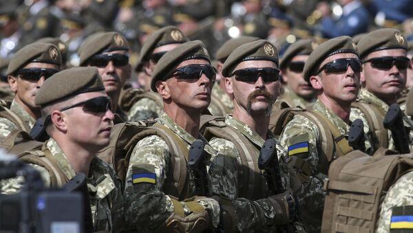 Ukrayna askerleri Kiev'de düzenlenen bağımsızlık günü geçidinde. - Sputnik Türkiye