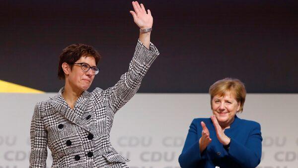 Hamburg'da kurultay düzenleyen CDU, Başbakan Angela Merkel'in (sağda) bırakma kararını verdiği parti genel başkanlığına Annegret Kramp-Karrenbauer'i (solda) seçti. - Sputnik Türkiye