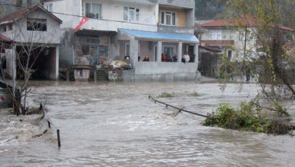 Zonguldak'ın Kilimli ilçesine bağlı Çatalağzı beldesinde, taşan dere - Sputnik Türkiye