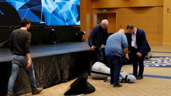 İnsansı robot Mini Ada sahneden düşerek parçalandı - Sputnik Türkiye