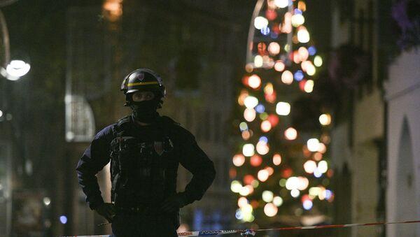 A policeman patrols in the rue des Grandes Arcades in Strasbourg, eastern France, after a shooting breakout, on December 11, 2018. - Sputnik Türkiye