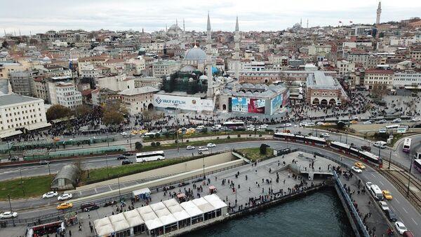Milli Piyango'nun yılbaşı çekilişine günler kala, Eminönü'ndeki ünlü bilet gişesinin önündeki kuyruklar - Sputnik Türkiye