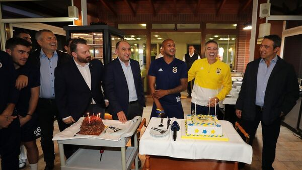 Fenerbahçe'de Yanal ve Ayew'in doğum günü kutlandı - Sputnik Türkiye