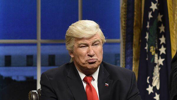 Saturday Night Live (SNL) şovunda Donald Trump'ı canlandıran Alec Baldwin - Sputnik Türkiye