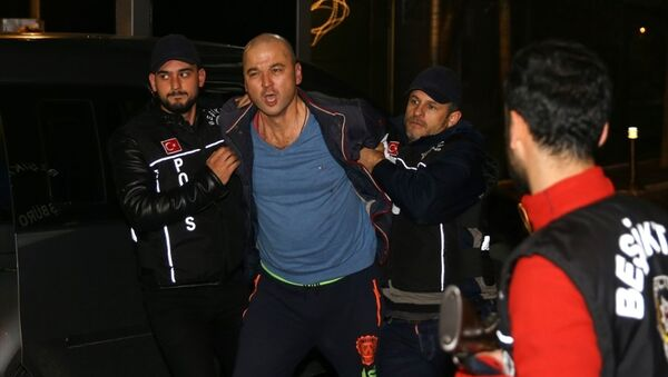 Tv8'de yayınlanan MasterChef yarışmasıyla ünlenen Murat Özdemir, kuşuna işkence yaptığı görüntüleri sosyal medyada paylaşmasının ardından gözaltına alındı. - Sputnik Türkiye