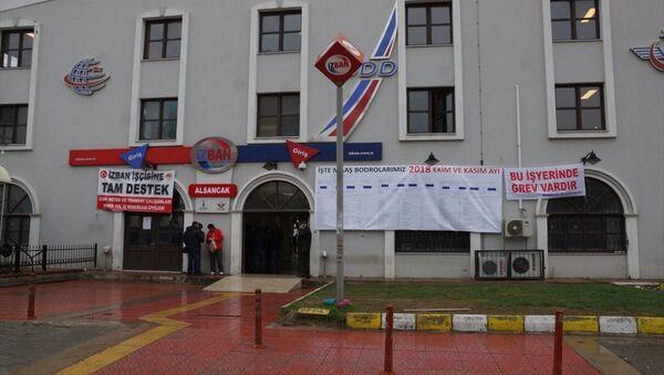 İZBAN çalışanları kamuoyunda yüksek maaş aldıklarına ilişkin iddiaların ortaya atılmasının ardından bordrolarını Alsancak İstasyonu'na astı. - Sputnik Türkiye