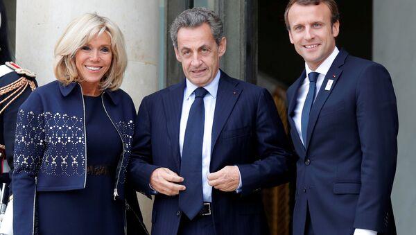 Brigitte-Emmanuel Macron çifti, 2024 Yaz Olimpiyatı'nı Paris'in kazanması kutlamaları vesilesiyle Eylül 2017'de Nicolas Sarkozy'yi (ortada) Elysee'de ağırlarken - Sputnik Türkiye