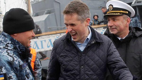 İngiltere Savunma Bakanı Gavin Williamson, Odessa'da Ukrayna Deniz Kuvvetleri askerleriyle şakalaşırken - Sputnik Türkiye