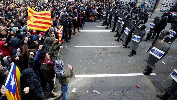 Katalonya'da merkezi hükümet karşıtı gösterilerde 77 yaralı, 12 gözaltı var - Sputnik Türkiye