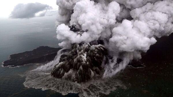 Endonezya'da tsunamiye sebep olan Anak Krakatau Yanardağı - Sputnik Türkiye