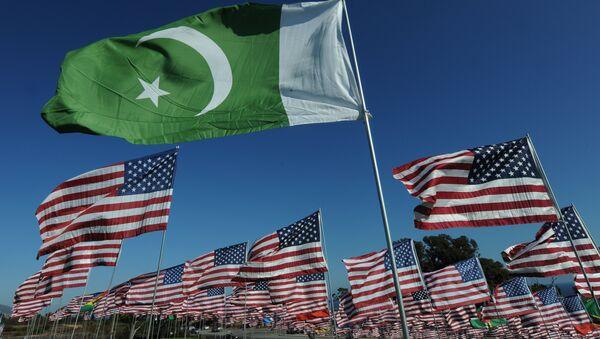 The flag of Pakistan and American flags (File) - Sputnik Türkiye