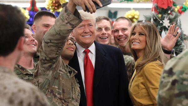 ABD Başkanı Donald Trump ve eşi Melania, Irak'a sürpriz bir ziyarette bulunarak Amerikan askerleri ile buluştu - Sputnik Türkiye
