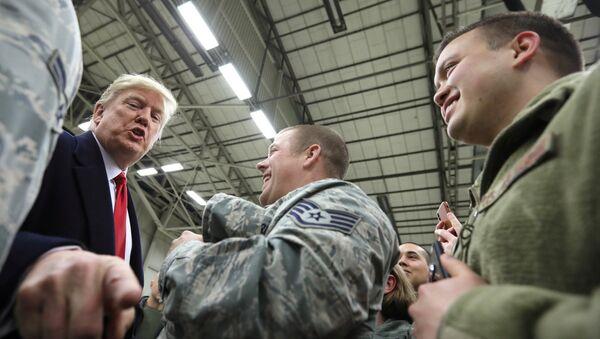 ABD Başkanı'nın Noel'de yurtdışındaki askerleri ziyaret etmesi geleneğini yerine getiren Donald Trump, Almanya'daki Ramstein Hava Üssü'nde - Sputnik Türkiye
