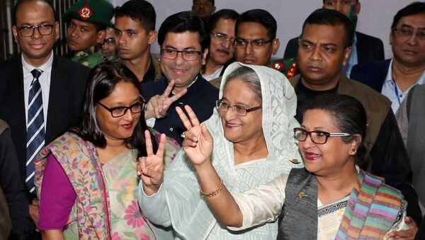 Bangladeş Başbakanı Şeyh Hasina, 30 Aralık 2018 seçimlerinde oy kullandıktan sonra taraftarlarıyla birlikte poz verdi. - Sputnik Türkiye