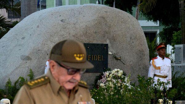 Raul Castro, 60. yıldönümünde devrimin beşiği Santiago'da Santa Ifigenia Mezarlığı'ndaki Fidel Castro'nun anıt mezarı önünde - Sputnik Türkiye