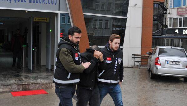 büfeden 12 şişe rakı ve 5 şişe votka çaldığı iddia edilen 44 yaşındaki Ş.D., gözaltına alındı - Sputnik Türkiye