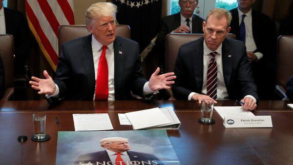 İran'a nazire yapan Yaptırımlar geliyor, 4 Kasım yazılı afişini kabinenin etrafında toplandığı masaya seren Trump, yanına da Shanahan'ı aldı. - Sputnik Türkiye