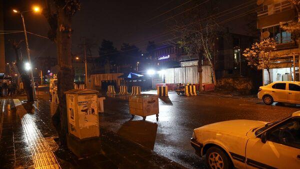 Diyarbakır'ın Yenişehir ilçesinde yüzleri maskeli bir grup, İlçe Emniyet Müdürlüğü ile Et ve Süt Kurumuna el yapımı patlayıcı ile saldırdı. - Sputnik Türkiye