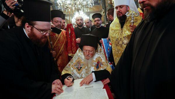 Fener Rum Patriği Bartholomeos, Ukrayna Ortodoks Kilisesi'ne bağımsızlık kazandıracak kararnameyi imzaladı - Sputnik Türkiye