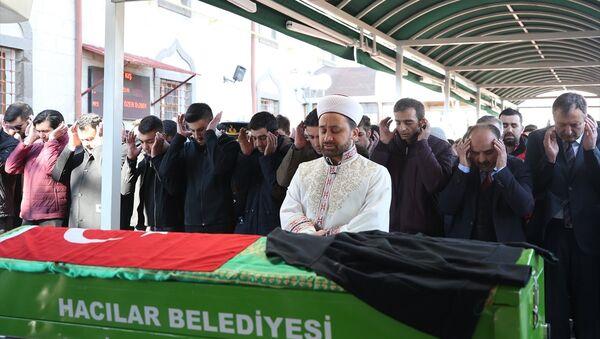 Kayseri'de sokak köpeklerinin saldırısı sonucu hayatını kaybeden lise öğrencisi Mehmet Özer, Hacılar ilçesinde düzenlenen törenin ardından toprağa verildi. - Sputnik Türkiye