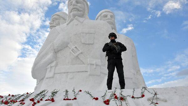 Kars'ın Sarıkamış ilçesinde, Sarıkamış Harekatı'nın 104. yılı anma etkinlikleri kapsamında yapılan kardan şehit heykellerine, yerli yabancı çok sayıda kişi yoğun ilgi gösterdi. - Sputnik Türkiye
