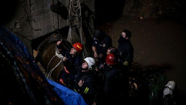 Bursa'da, altyapı çalışması sırasında kanalizasyon borusu içinde çalışırken gazdan etkilenen 6 işçiden 5'i çıkarıldı, bir kişiye ulaşma çalışmaları devam ediyor. - Sputnik Türkiye