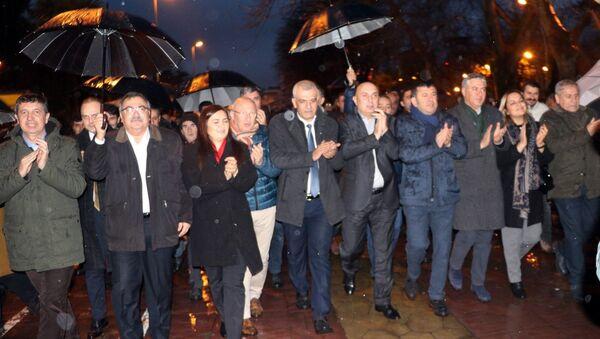 CHP Grup Başkanvekili Engin Özkoç, Genel Başkan Yardımcıları Veli Ağbaba ve Yıldırım Kaya'nın da aralarında bulunduğu 25 milletvekili, Tank Palet Fabrikası'nın özelleştirilmesi kararına tepki göstermek amacıyla Harb-İş Sendikası Sakarya Şubesi'ni ziyaret etti. - Sputnik Türkiye