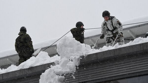 Soldiers of the German armed forces Bundeswehr remove snow from the roof of a high school building in Berchtesgaden, Germany, January 10, 2019 - Sputnik Türkiye