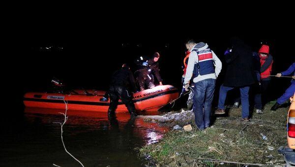 İzmir'in Torbalı ilçesindeki bir gölette, ördek avlamak isterken kayıkları batan 4 kişiden 2'si hayatını kaybetti, 1 kişi yaralı olarak kurtarıldı, 1 kişi ise kayboldu. - Sputnik Türkiye