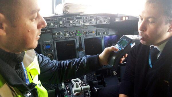 Uçaklarda alkol tarama testleri - Atatürk Havalimanı - Sputnik Türkiye