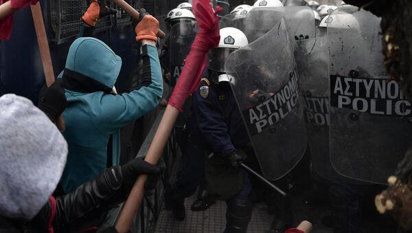 Yunanistan'da atama kriterlerinin değişmesini protesto eden öğretmenler ile polis arasında arbede çıktı - Sputnik Türkiye
